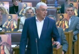 NJEGOŠ U POSLANIČKIM KLUPAMA Performans opozicije u Crnoj Gori (VIDEO)
