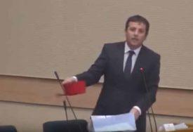 """""""DA SE NE PREHLADI U SARAJEVU"""" Šou u Skupštini, Vukanović poklonio Tegeltiji FES (VIDEO)"""