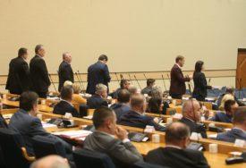 Opozicija galamom PREKIDA GOVOR Dodika u parlamentu (FOTO, VIDEO)