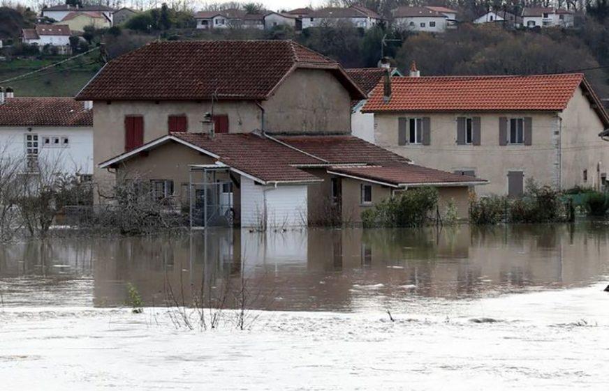 BUJICE ODNOSE ŽIVOTE Pronađena treća žrtva poplava, 70.000 domova i dalje BEZ STRUJE