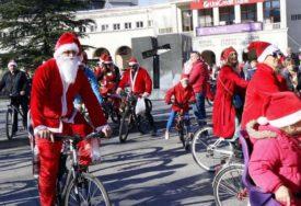 U DUHU PRAZNIKA Djeda Mrazovi i Mrazice na biciklima uljepšali sunčanu nedjelju u Mostaru
