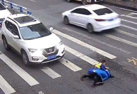 DJEČAK NASRNUO NA VOZAČA Auto udario majku i dijete na pješačkom prelazu (VIDEO)