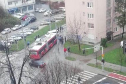 LANČANI SUDAR ČETIRI AUTOMOBILA Jedna osoba prevezena u bolnicu, formiraju se kolone