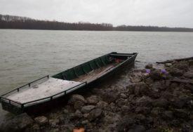 NESVAKIDAŠNJA PLJAČKA Ukrao čamac sa Dunava, pa ga odvezao na prikolici u SVOJE DVORIŠTE