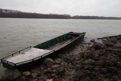 UTOPILE SE MAJKA I KĆERKA Čamac se prevrnuo na CRNOJ TAČKI DUNAVA jer je bio pretovaren