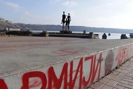 VANDALIZAM Osvanuli fašistički grafiti kod spomenika žrtvama racije (FOTO)