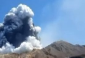 """""""NEMA ZNAKOVA ŽIVOTA"""" Policija ne vjeruje da ima PREŽIVJELIH poslije erupcije vulkana na Novom Zelandu"""