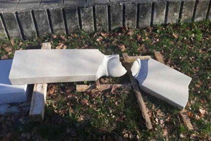 Vandalizam u Bileći: Udarcima čekićem oštećena skulptura ispred Doma kulture