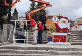 Gačanima stigao i Djeda Mraz: Opštinske vlasti čestitaju Novu godinu