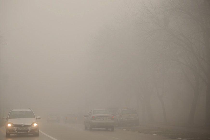 VOZAČI, SMANJITE GAS! Mjestimično vlažni kolovozi i magla
