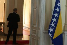 NEMAMO DRŽAVNIKE, BIRAMO POLITIKANTE Zašto je BiH država političara s promašenom profesijom