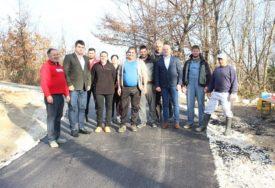 ZA LAKŠI ŽIVOT MJEŠTANA Novi asfalt u Milinom Selu kod Lopara