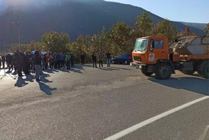 ŠTA ĆE MOSTAR SA SMEĆEM? Građani blokirali deponiju Uborak i ne daju da kamioni da odlažu otpad