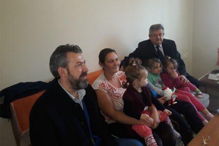 STIGLA POMOĆ ZA RADOVANOVIĆE Vrijedni pokloni obradovali šestočlanu porodicu iz Janje