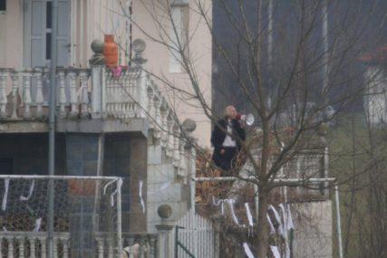 DRAMATIČNO U VRBANJI Porodica pjevača Dade Glišića brani dom od NOVE DELOŽACIJE (FOTO)