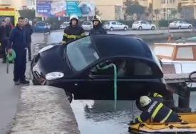 """POGREŠNO JE PARKIRALA"" Spasli ženu čije je vozilo visilo iznad mora (VIDEO)"