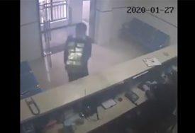 ODUŠEVIO SVE Muškarac ušetao u stanicu i natjerao policajce da mu SALUTIRAJU (VIDEO)