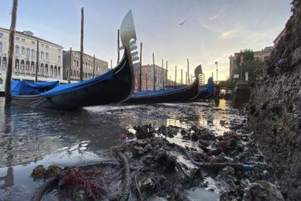 POSLIJE POPLAVA BLATO Dva mjeseca kasnije u Veneciji kanali suvi, a gondole nasukane (VIDEO)