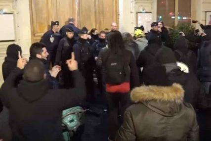 RAZJARENA MASA Demonstranti pokušali da upadnu u pozorište gdje je bio Makron sa suprugom (VIDEO)