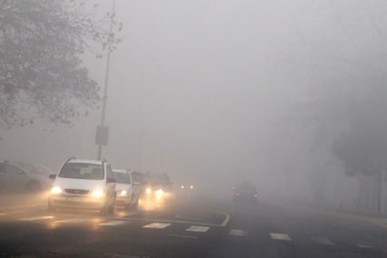 """""""MAGLA SVUDA OKO NAS"""" Građani Tuzle guše se u smogu, slaba vidljivost u gradu"""