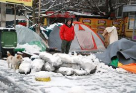 U POTRAZI ZA BOLJIM ŽIVOTOM Migranati noć proveli pod šatorima pokrivenim snijegom (FOTO)
