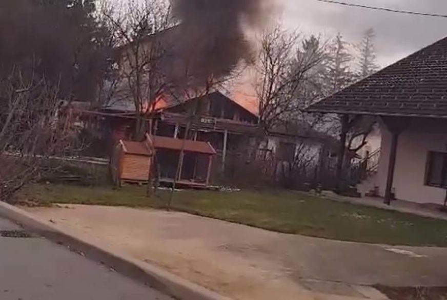 BUKTINJA U BANJALUCI Gorjela dvorišna kuća, vatrogasci spriječili širenje požara (VIDEO)