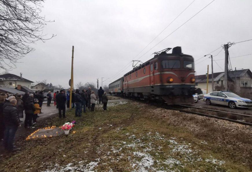 """""""LJUDI GINU, NE SMIJEMO OKRETATI GLAVU"""" Protest na pružnom prelazu u Dervišima"""