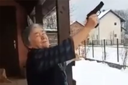 SUPER BAKA S ROMANIJE HIT Pucanjem iz pištolja čestitala Božić (VIDEO)