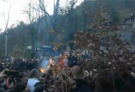 IZMEĐU DVA BADNJAKA KORDON POLICIJE Vjernici se okupili na Cetinju, svako pali svoj badnjak (VIDEO)