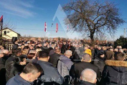 U TUŽNOJ POVORCI VIŠE HILJADA LJUDI Sahranjen otac Milorada Dodika