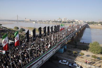 TENZIJE U IRANU Nepoznati govornik na sahrani ponudio 80 miliona dolara ZA TRAMPOVU GLAVU