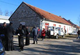 RADOST BOŽIĆNOG DARIVANJA Humanitarci u Nevesinju podijelili prehrambene pakete i pečenice