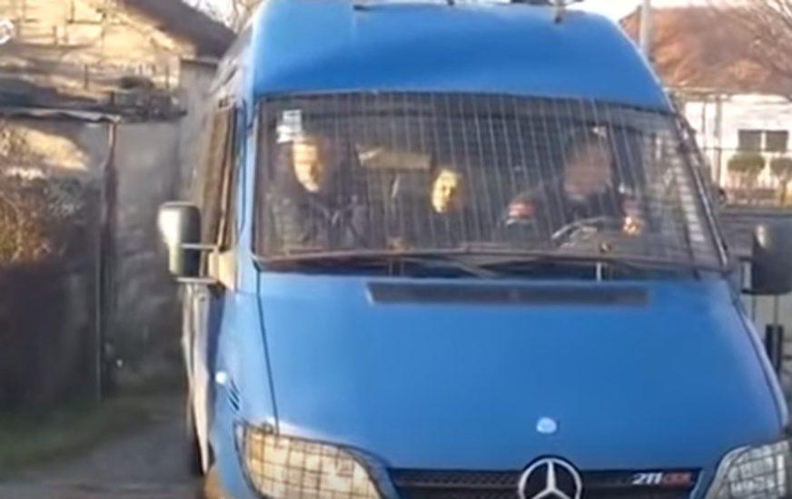 """""""BILA JE UZNEMIRENA"""" Majka poslanika Milana Kneževića PUŠTENA NA SLOBODU"""