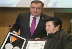 """""""NIKADA NEĆEMO ZABORAVITI ŽRTVU"""" Dodik uručio medalju porodici dobrovoljca Gorana Nikolića"""