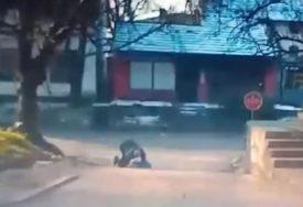 """SNIMAK KOJI UPOZORAVA Muškarac """"MRTAV PIJAN"""" TETURA ulicom u Prnjavoru (VIDEO)"""
