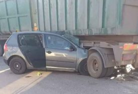 """TEŠKA NESREĆA U PRIJEDORU """"Golf"""" podletio pod kamion sa prikolicom"""