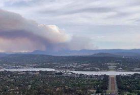 PREKASNO ZA ODLAZAK Vatra se neumoljivo širi, džinovski oblak dima nad prestonicom Australije