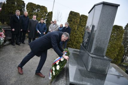 DAN SJEĆANJA NA ŽRTVE HOLOKAUSTA Položeni vijenci u pomen na jevrejske žrtve u Banjaluci