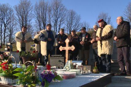 """""""UBIJEN VELIKI ČOVJEK"""" Na Badnji dan upalili svijeće na grobu Slaviše Krunića"""