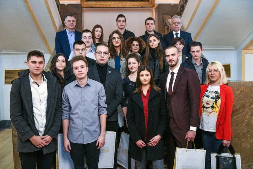 U konkurenciji 10.000 učenika: Svetosavske nagrade dobilo 18 najboljih srednjoškolaca