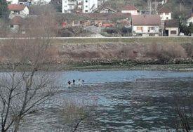 DOZIVALI POMOĆ Policija spasila šest migranata, zaglavili na ostrvu na rijeci Drini