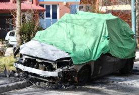 POŽAR SE PROŠIRIO NA PARKIRANE AUTOMOBILE U sarajevskom naselju izgorjela dva vozila (FOTO)