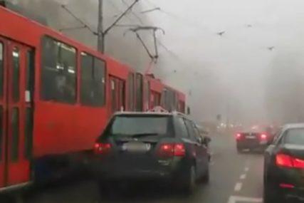 """ON ŽURI, A MI OVCE ČEKAMO"" Bahati vozač razbjesnio građane (VIDEO)"