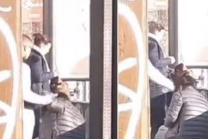 ŠOKANTAN SNIMAK Mladić udarao djevojku FLAŠOM U GLAVU, niko od prolaznika NIJE REAGOVAO (VIDEO)