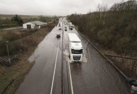 """OLUJA """"DENIS"""" BJESNI NA OSTVRU Širom Britanije blokiran saobračaj, u Velsu crveni meteoalarm (VIDEO)"""