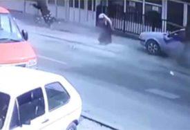 GRAD JE POTRESEN Kamera snimila kako je vozač u punoj brzini pokosio TRUDNICU SA DJETETOM (VIDEO)