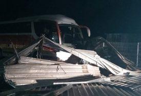 HAOS U GORAŽDU Olujni vjetar pokidao krov sa skladišta firme