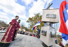 POLOŽEN VIJENAC NA SPOMEN-KOSTURNICU Služen pomen ubijenim u Drakuliću (FOTO)