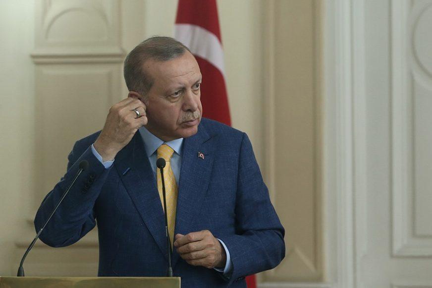 """""""Nose slavnu istoriju nacije"""" Erdogan pohvalio omladinu svoje partije JER NIJE LGBT"""