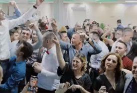 """""""NE DAMO SVETINJE"""" Svatovi u Beranama uglas skandirali, USIJALI INTERNET (VIDEO)"""